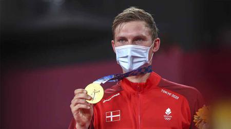 Peraih medali emas Viktor Axelsen asal Denmark berpose dengan medalinya di Olimpiade Tokyo 2020. - INDOSPORT