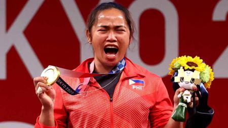 Hidilyn Diaz meraih medali emas untuk Filipina di Olimpiade Tokyo 2020. - INDOSPORT