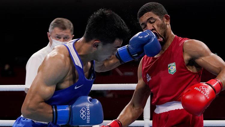 Laga pertandingan tinju Olimpiade Tokyo 2020 kelas 69-75 kg antara Abilkhan Amankul (kiri) dan Hebert Sousa (baju merah) Copyright: Themba Hadebe - Pool/Getty Images