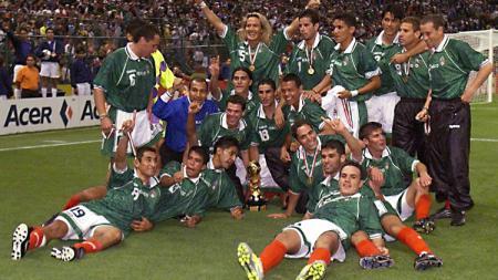 Segenap pemain Meksiko merayakan kesuksesan menjuarai Piala Konfederasi usai mengalahkan Brasil di final, 4 Agustus 1999. - INDOSPORT