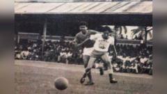 Indosport - Frans Setiabudi ketika membela Persis Solo dalam sebuah pertandingan pada tahun 1968.