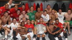 Indosport - Pesta Manchester United di ruang ganti usai menjuarai Community Shield, 5 Agustus 2007.
