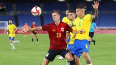 Indosport - Aksi Dani Olmo di laga final Olimpiade Tokyo 2020 Spanyol vs Brasil.