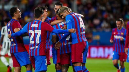 Louis van Gaal menuding klub LaLiga Spanyol, Barcelona, kerap mengkambinghitamkan pemain dan pelatih non-Spanyol sebagai biang krisis klub. - INDOSPORT
