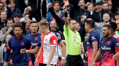 Diego Simeone turun ke lapangan saat laga Feyenoord vs Atletico Madrid. - INDOSPORT
