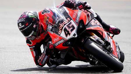 Pembalap Aruba.it-Ducati, Scott Redding langsung melamar sang kekasih, Jacey Hayden usai menjadi juara di Race 2 World Superbike (WSBK) Ceko 2021. - INDOSPORT