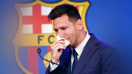 Lionel Messi menangis menghadapi media saat konferensi pers di Nou Cam. - INDOSPORT