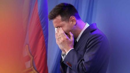 Lionel Messi menangis menghadapi media saat konferensi pers di Nou Camp. - INDOSPORT