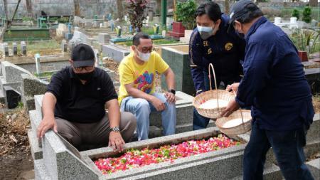 Sambangi makam tokoh Arema menjadi tradisi rutin Arema FC dalam momen HUT klub. - INDOSPORT