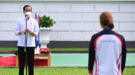 Presiden Jokowi menyerahkan bonus untuk peraih medali Olimpiade Tokyo. - INDOSPORT