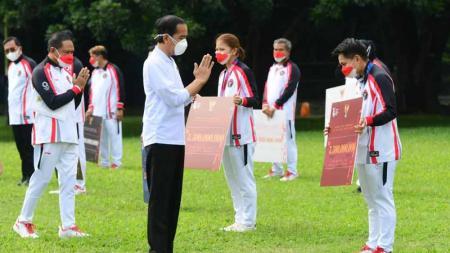 Presiden Jokowi menyerahkan bonus untuk para peraih medali Olimpiade Tokyo 2020. - INDOSPORT