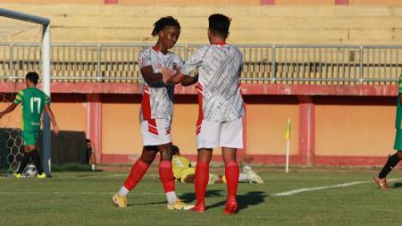 Ronaldo Jaybeera Kwateh menyumbang 2 gol dalam kemenangan Madura United 3-0 atas Madura FC di uji coba. - INDOSPORT