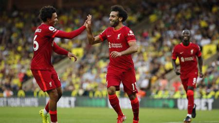 Selebrasi Mohamed Salah merayakan dengan rekan setimnya Trent Alexander-Arnold usai mencetak gol pada pertandingan Liga Premier antara Norwich City dan Liverpool. - INDOSPORT
