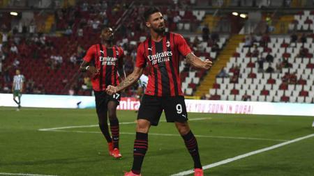 Pemeain AC Milan, Olivier Giroud usai mencetak gol pertama timnya pada pertandingan Persahabatan Pra-Musim antara AC Milan dan Panathinaikos. - INDOSPORT