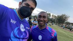 Indosport - Wakil Presiden Rans Cilegon FC, Rajiv Sing (kiri), berfoto bresama Patrich Wanggai.