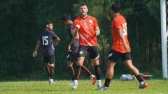 Indosport - Selebrasi Marko Simic usai mencetak gol pada Internal game Persija Jakarta di lapangan POR Sawangan, Rabu (18/08/21).