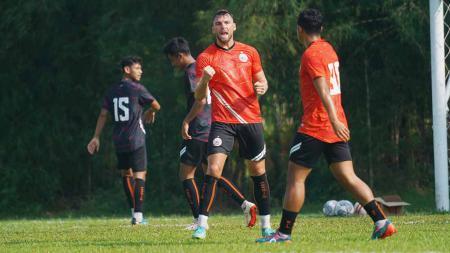 Selebrasi Marko Simic usai mencetak gol pada Internal game Persija Jakarta di lapangan POR Sawangan, Rabu (18/08/21). - INDOSPORT