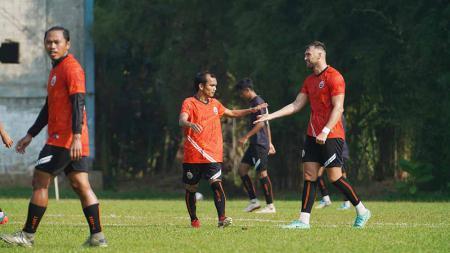 Persija Jakarta berhasil meraih kemenangan tipis 1-0 saat melakoni uji coba melawan tim Liga 2, Dewa United di Lapangan POT, Sawangan, Depok, Kamis (19/08/21). - INDOSPORT