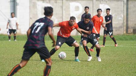 Persija Jakarta menggelar internal game pagi tadi, Rabu (18/08/21) di POR Sawangan, Depok, Jawa Barat. - INDOSPORT