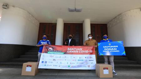Manajemen Persib Serahkan 5.000 Paket Bantuan Vitamin untuk Warga Bandung. - INDOSPORT