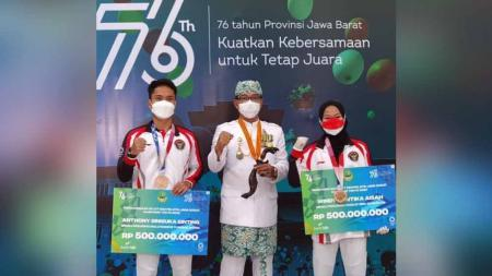 Anthony Sinisuka Ginting Terima Hadiah dari Pengprov Jawa Barat. - INDOSPORT