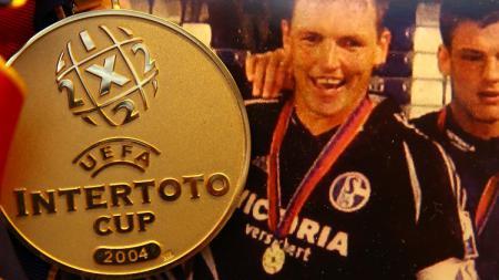 Medali Piala Intertoto yang didapatkan Schalke 04 pada 2004. - INDOSPORT