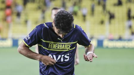 Pemain Fenerbahce, Muhammed Gumuskaya kebingungan mencari logo klub saat hendak melakukan selebrasi gol di pertandingan kualifikasi Liga Europa, Jumat (20/08/21). - INDOSPORT