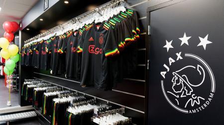 Ajax Amterdam membuat heboh saat meluncurkan jersey ketiga musim 2021/22 yang terinspirasi musisi rege Bob Marley. - INDOSPORT