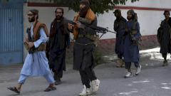 Indosport - Anggota Taliban terlihat berpatroli di jalanan Kabul
