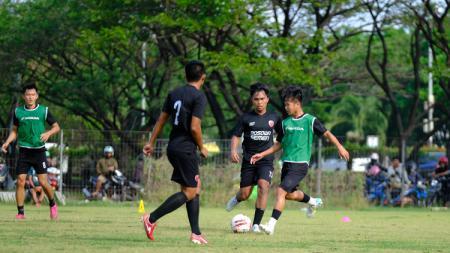 Gelandang anyar PSM Makassar, M Rian Firmansyah (hijau). (Adriyan Adirizky/INDOSPORT) - INDOSPORT