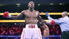 Indosport - Kemenangan Yordenis Ugas (tengah) atas Manny Pacquiao di kejuaraan kelas Welter WBA.
