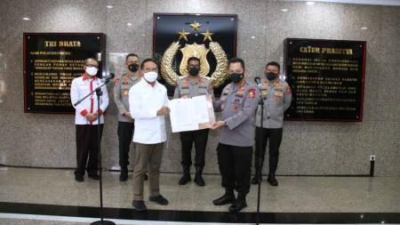 Kapolri Jenderal Listyo Sigit Prabowomemberikan berkas izin kompetisi ke Menpora Zainudin Amali. - INDOSPORT
