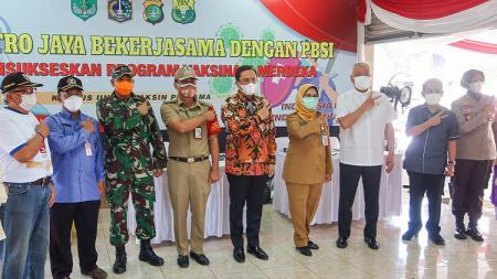 PBSI bekerja sama dengan Polda Metro Jaya menggelar vaksinasi Covid-19 dan bakti sosial pembagian sembako di lingkungan sekitar Pelatnas PBSI di Cipayung, Jakarta Timur. - INDOSPORT