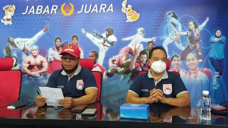 Kabidpres PABERSI Jawa Barat, Agus Bambang (kiri), saat ekpose persiapan PON XX di Ruang Kominfo KONI Jabar, Kota Bandung, Senin (23/08/21). - INDOSPORT
