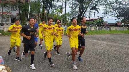 Pemain PSP Padang melakukan latihan menjelang kick-off Liga 3 2021. - INDOSPORT