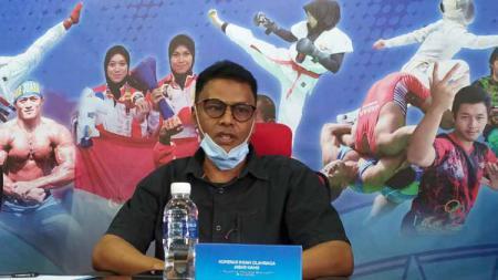 Manajer tim Pelatda pencak silat Jawa Barat, Mulyana, saat konferensi pers persiapan PON XX di Ruang Kominfo KONI Jabar, Kota Bandung, Selasa (24/08/21). - INDOSPORT