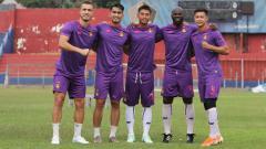 Indosport - Jersey baru Persik Kediri untuk laga kandang Liga 1 konsisten mengusung warna ungu dengan aksen merah.