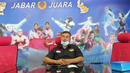 Asisten pelatih tim Pelatda angkat besi Jabar, M. Minan, saat ekpose persiapan PON XX di Ruang Kominfo KONI Jabar, Kota Bandung, Selasa (24/08/21 - INDOSPORT