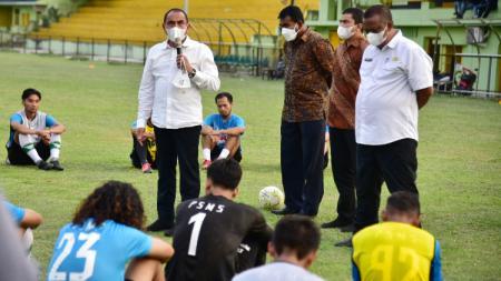 Gubernur Sumut, Edy Rahmayadi, saat kembali meninjau latihan PSMS Medan di Stadion Mini Kebun Bunga, Medan, Jumat (27/8/21) petang. - INDOSPORT