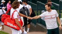 Indosport - Petenis asal Yunani Stefanos Tsitsipas dan petenis asal Inggris Andy Murray yang terlibat kontroversi di US Open 2021