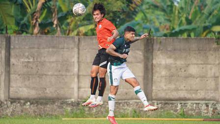 Duel udara antara Rezali Hehanusa dengan pemain Persikabo 1973 pada laga uji coba di POR Sawangan, Sabtu (28/08/21).
