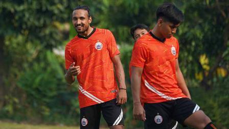 Rohit Chand (kiri) pada laga uji coba melawan Persikabo 1973 di POR Sawangan, Sabtu (28/08/21).