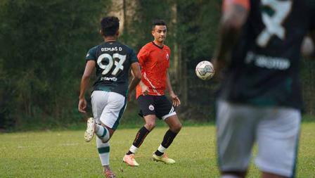 Aksi bek Persija Otavio Dutra pada laga uji coba melawan Persikabo 1973 di POR Sawangan, Sabtu (28/08/21).