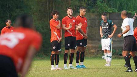 Pagar betis yang dilakukan para pemain Persija untuk menghalau tendangan bebas pada laga uji coba melawan Persikabo 1973 di POR Sawangan, Sabtu (28/08/21).
