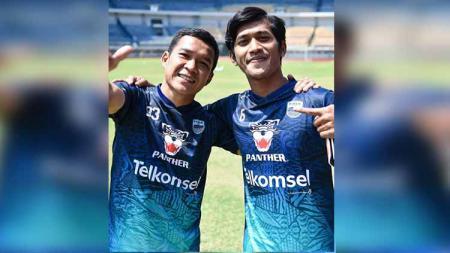 Dua penggawa Persib mengenakanJersey baru Persib Bandung - INDOSPORT