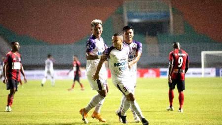 Pemain Persita saat berselebrasi usai mencetak gol ke gawang Persipura - INDOSPORT