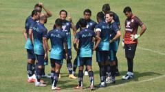 Indosport - Persib Bandung mengelar latih tanding bersama Persib U-20 di Stadion Gelora Bandung Lautan Api (GBLA), Kota Bandung, Sabtu (28/08/21).