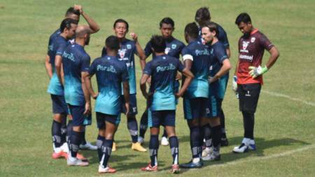 Persib Bandung sudah berangkat ke Yogyakarta, Rabu (13/10/21), untuk persiapan menghadapi Bhayangkara FC di seri kedua kompetisi Liga 1. - INDOSPORT