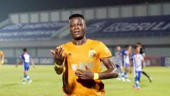 Indosport - Selebrasi Ezechiel N'Douassel di laga BRI Liga 1 Bhayangkara vs Persijara