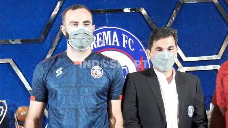 Eduardo Almeida saat mendampingi Sergio Silva rekrutan barunya. - INDOSPORT
